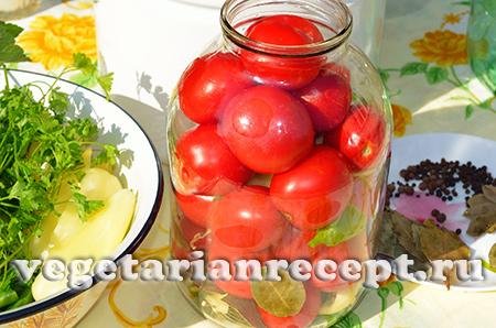 насыпаем в банки помидоры