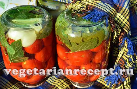 укутываем консервированные помидоры
