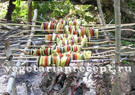 Овощной шашлык жарится на костре