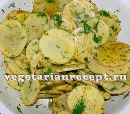 Порезанный картофель с маслом и специями