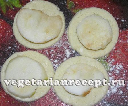 Кружки из творожного теста с яблоками