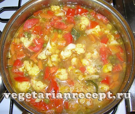 Рис с овощами залить водой