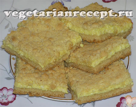 Кусочки сладкого песочного пирога с творогом