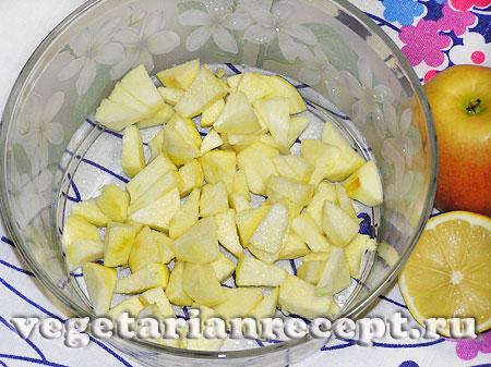 Порезанные яблоки для фруктового салата (фото)
