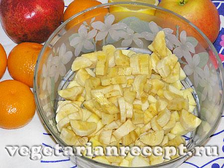 Порезанные бананы для салата из фруктов (фото)