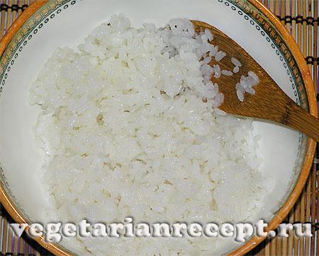Сваренный рис для приготовления суши