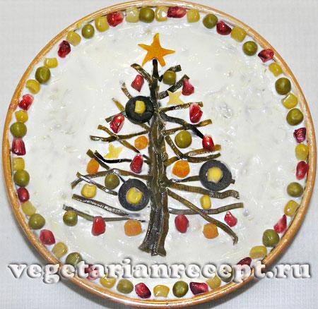 Украшение новогоднего блюда в виде нарядной елки