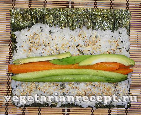 Приготовление вегетарианских суши роллов - выкладывание начинки