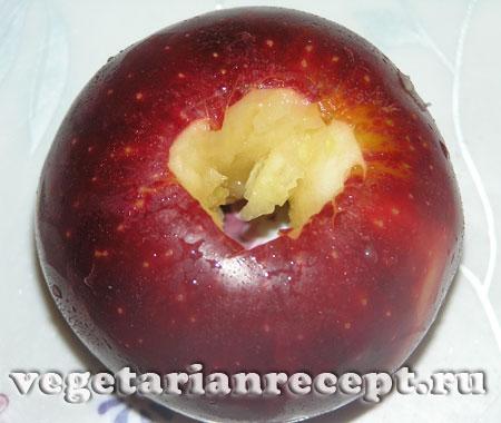 Подготовленное яблоко для изготовления Деда Мороза