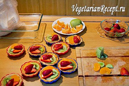 Наполненные фруктами песочные корзинки (фото)
