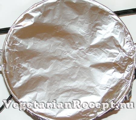 Вегетарианская лазанья. Форма, накрытая фольгой (фото)