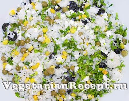 Приготовление рисового салата с сыром, кукурузой, оливками, горошком