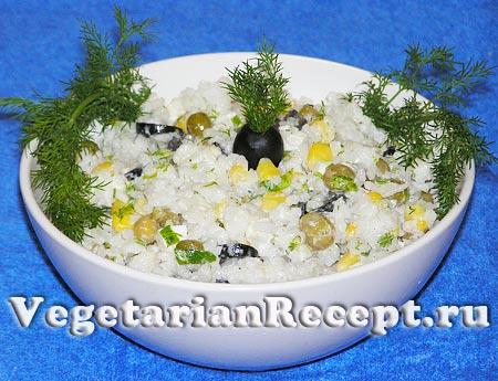 Салат с рисом, горошком, кукурузой, оливками и сыром