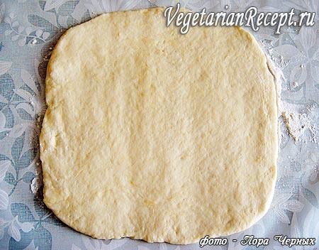 Раскатанное тесто для приготовления пирога с повидлом