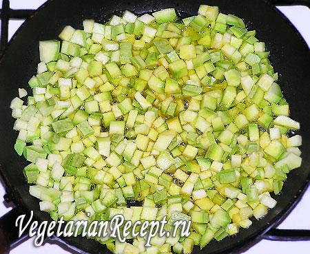 Приготовление постного омлета (порезанный кабачок)