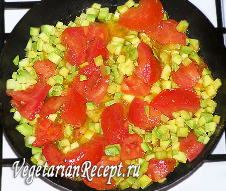 Приготовление постного овощного омлета (порезанные помидоры)