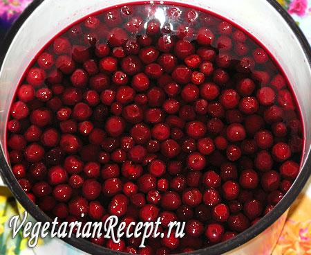 Приготовление вишневого варенья (вишни перед 2 кипячением)