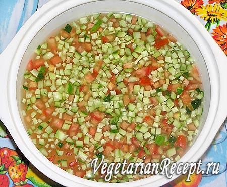 Приготовление вегетарианской окрошки: добавление воды