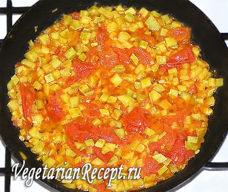 Тушенные кабачок и помидор. Фото.
