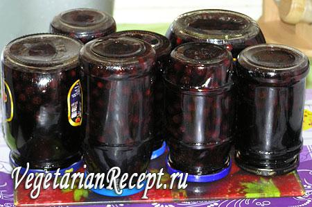 Перевернутые баночки с вишневым вареньем. Фото.
