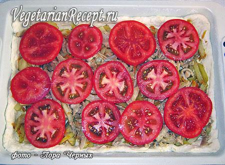 Пирог-пицца с картошкой и грибами: слой помидор (фото)
