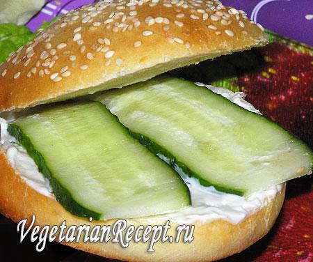 Вегетарианский гамбургер: ломтики огурцов. Фото.