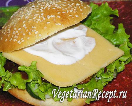 Вегетарианский гамбургер: сыр с майонезом. Фото.