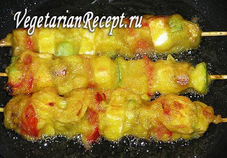 Обжаривание овощных шашлыков в тесте. Фото.