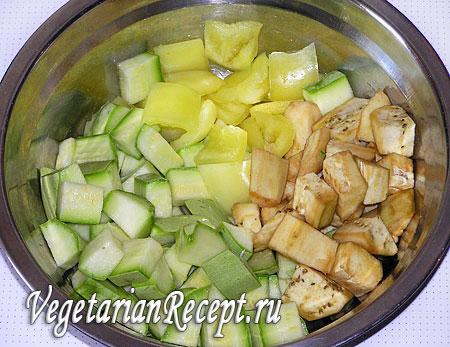 Порезанные овощи для вегетарианского шашлыка в тесте. Фото.