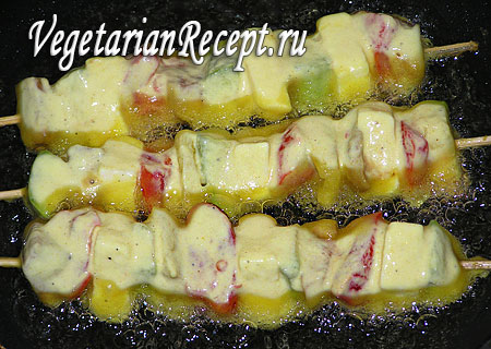 Овощной шашлык в тесте: обжаривание. Фото.