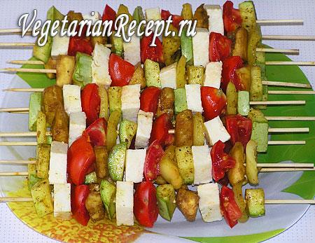 Овощной шашлык: нанизывание овощей. Фото.