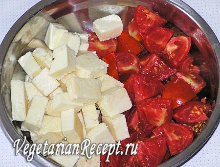 Помидоры и сыр для жареного овощного шашлыка. Фото.