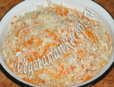 Нашинкованная капуста и морковь для заквашивания в рассоле (фото)