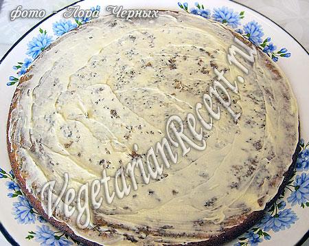 Бисквитный корж, смазанный кремом. Фото.