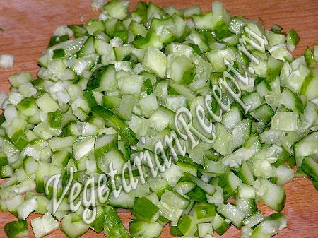 Приготовление салата с жареной картошкой и гранатом - огурцы