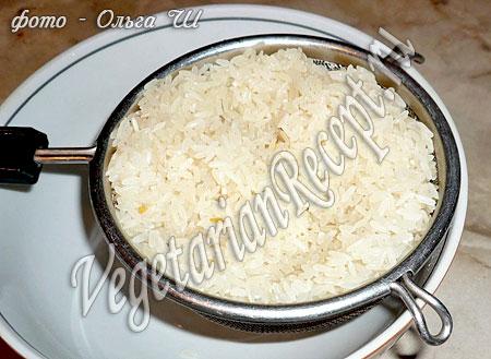 Промывание риса для приготовления риса со свеклой