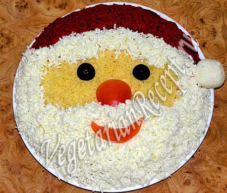 Салат, украшенный в виде Деда Мороза