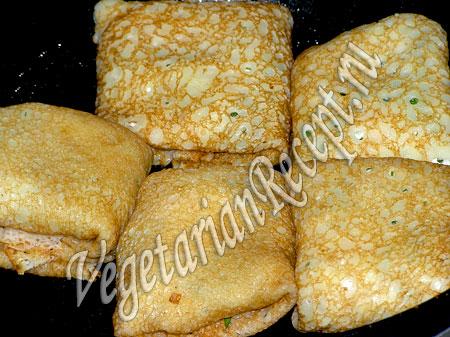 Обжаривание блинов с сыром и зеленью
