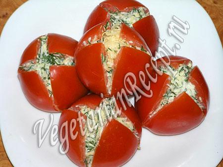 """Приготовление закуски """"Тюльпаны"""" из помидоров"""