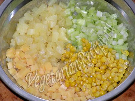 Салат с ананасом и сыром - приготовление