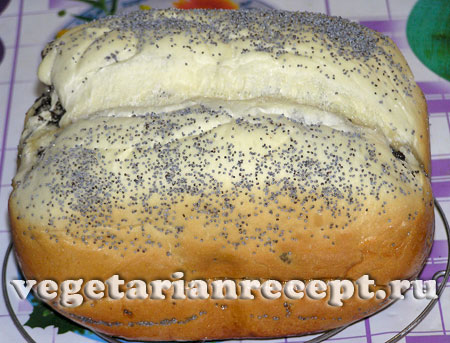 готовая булка с маком, испеченная в хлебопечке