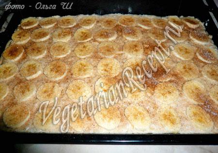 банановые пирожные, посыпанные сахаром и корицей