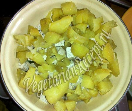 добавляем картофель в салат с тофу