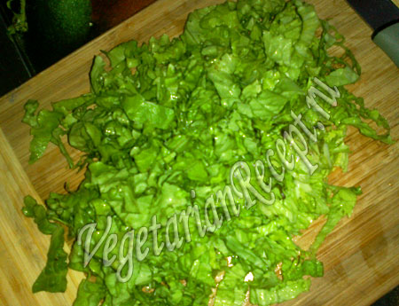 порезанные листья салата