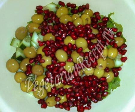 добавляем в салат оливки и гранат