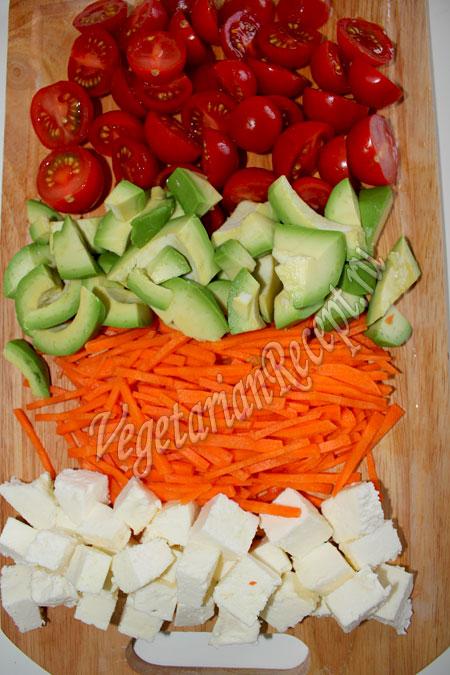 помидоры черри, авокадо, морковь, сыр
