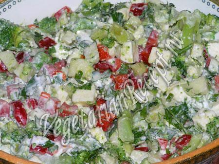 салат с брокколи, яблоком, сыром