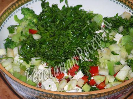 добавить зелень в салат с брокколи