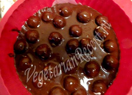 приготовление шоколадного пирога с творожными шариками