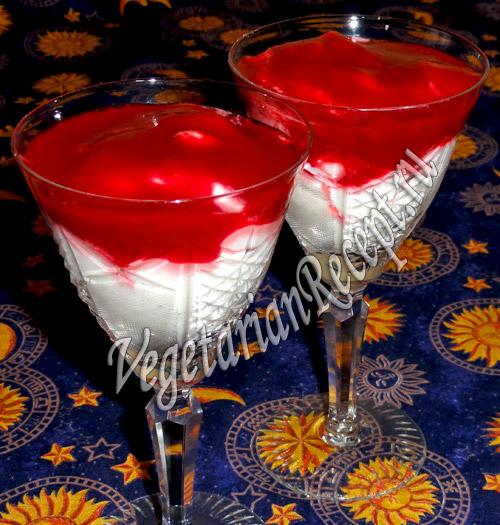 десерт со взбитыми сливками и малиной